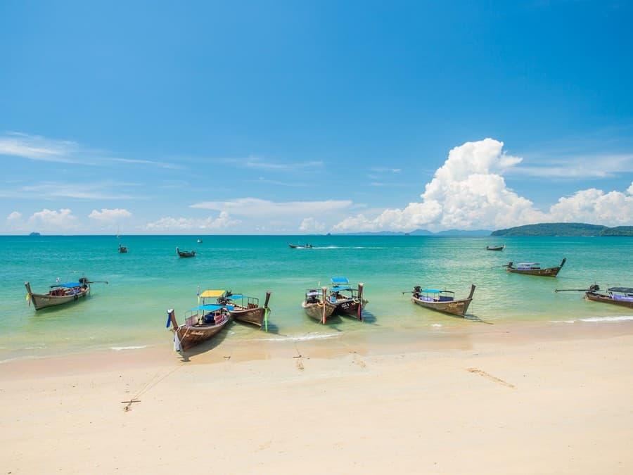 La spiaggia di Ao Nang Beach e le barche tradizionali